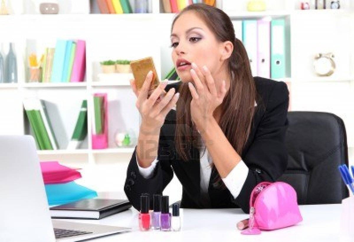 business-woman-makeup-in-office-work