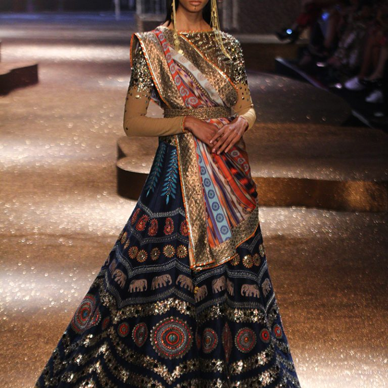 jj-valaya-alpana-neeraj-saree-lehenga-choli-collection-at-amazon-india-fashion-week-2017-45
