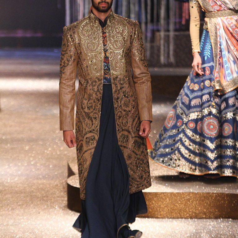 jj-valaya-alpana-neeraj-saree-lehenga-choli-collection-at-amazon-india-fashion-week-2017-47
