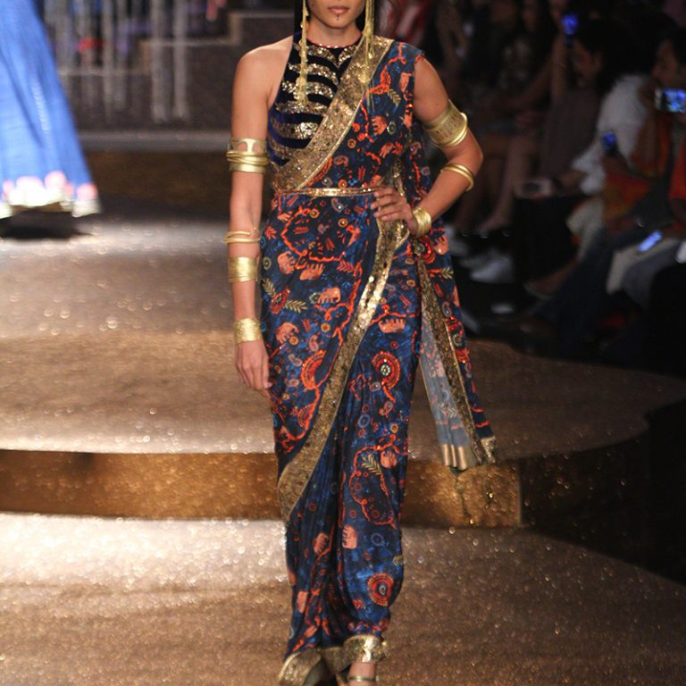 jj-valaya-alpana-neeraj-saree-lehenga-choli-collection-at-amazon-india-fashion-week-2017-50
