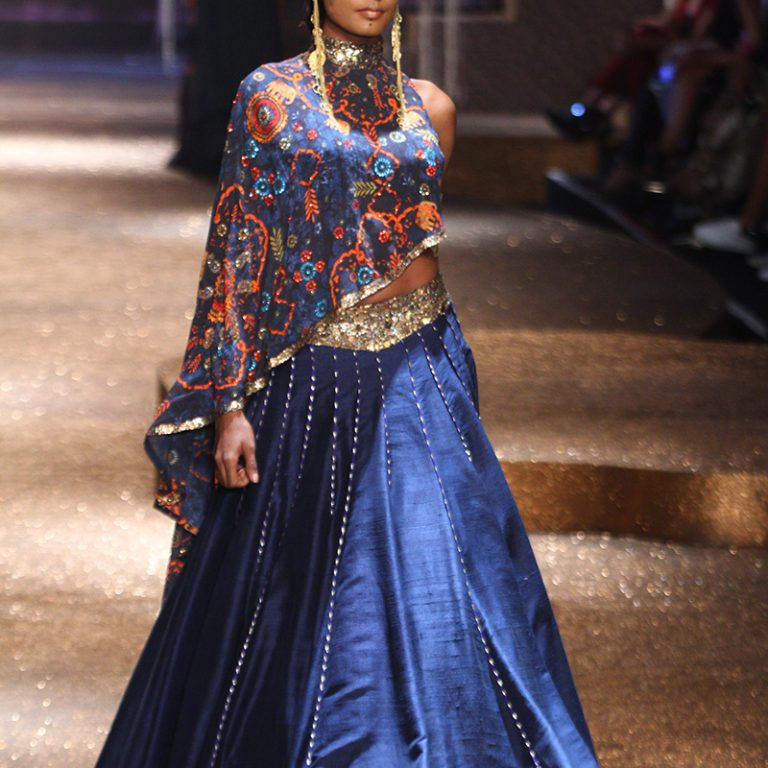 jj-valaya-alpana-neeraj-saree-lehenga-choli-collection-at-amazon-india-fashion-week-2017-51