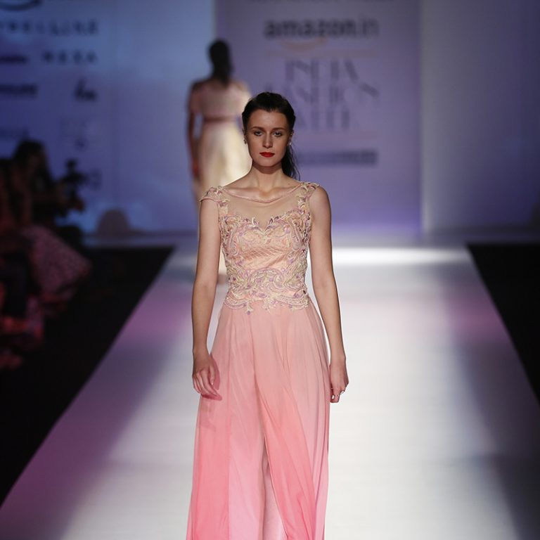 mandira-wirk-at-amazon-india-fashion-week-2017-22
